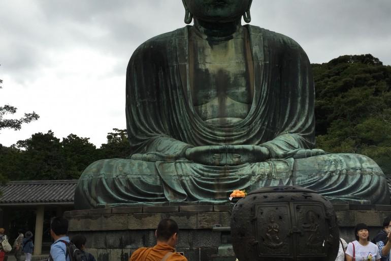 Gördüğünüz rahip aslında Çinli! Dünyanın bir çok yerinden Budistlerin de ziyaret ettiği bir yer.